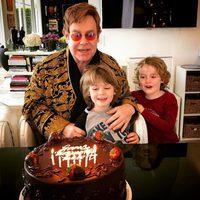 Elton John celebrando su 70 cumpleaños con sus hijos