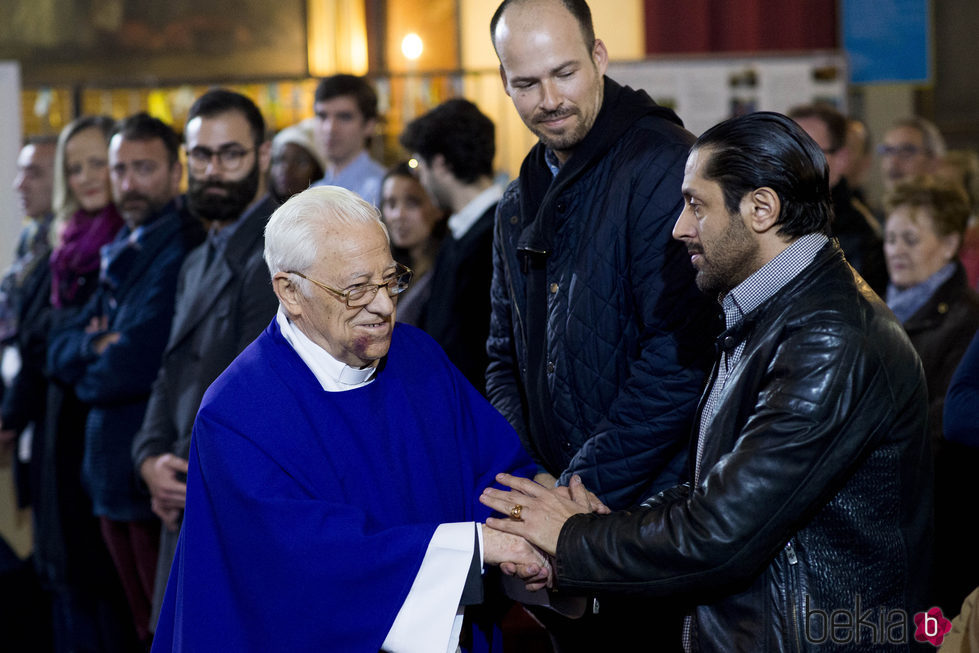 Rafael Amargo y Olfo Bosé con el padre Ángel en la misa funeral en homenaje a Pablo Ráez