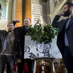 Rafael Amargo, Olfo Bosé y Jorge Lucas con el típico gesto que hacía Pablo Ráez en su misa funeral