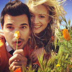 Taylor Lautner posa feliz junto a Billie Lourd