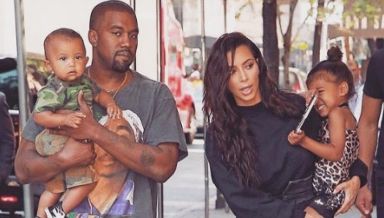 Kim Kardashian y Kanye West junto a sus hijos North y Saint West