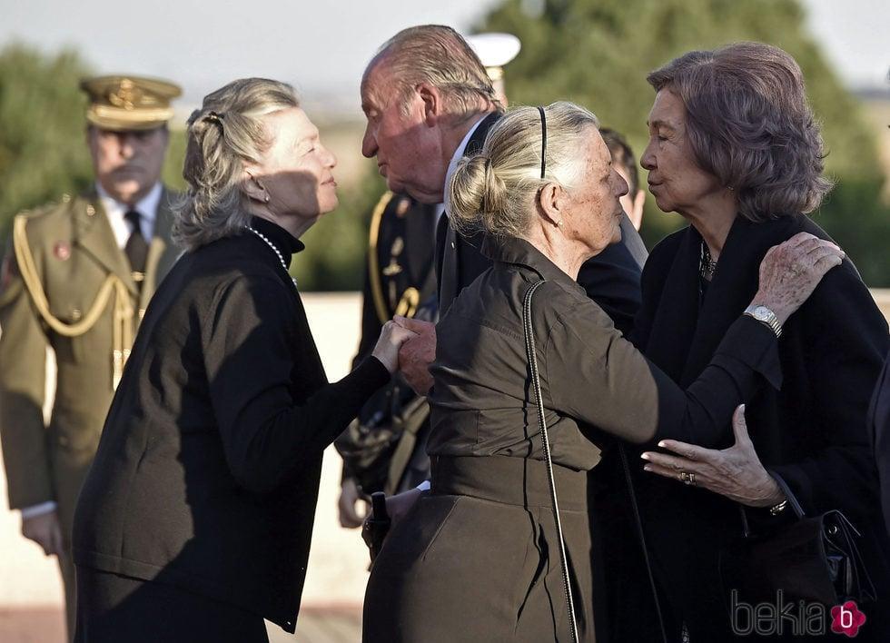 Los Reyes Juan Carlos y Sofía saludan a Ana de Francia y Teresa de Borbón-Dos Sicilias en la capilla ardiente de Alicia de Borbón-Parma