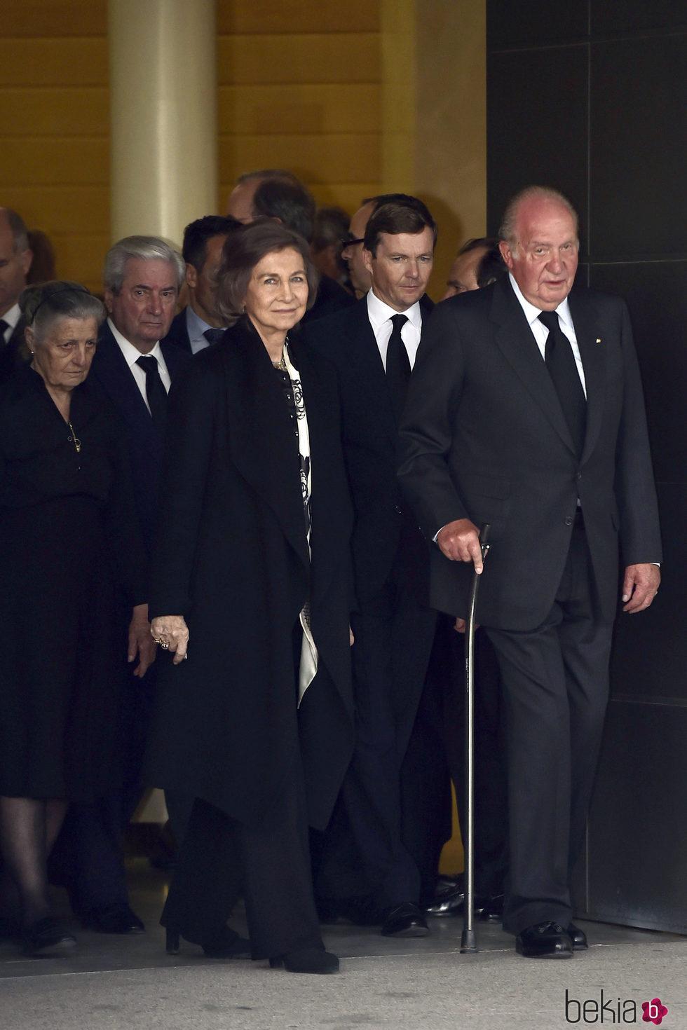 Los Reyes Juan Carlos y Sofía con el Duque de Calabria y los Marqueses de Laserna en la capilla ardiente de Alicia de Borbón-Parma