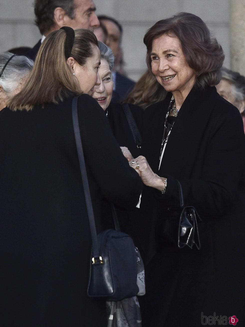 La Reina Sofía y Cristina de Borbón-Dos Sicilias en la capilla ardiente de Alicia de Borbón-Parma