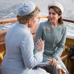 Matilde de Bélgica y Mary de Dinamarca charlando en un barco