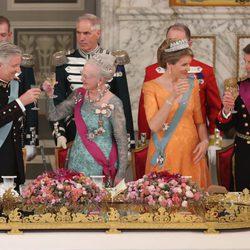 Los Reyes de Bélgica brindan con Margarita y Federico de Dinamarca en una cena de Estado en Copenhague