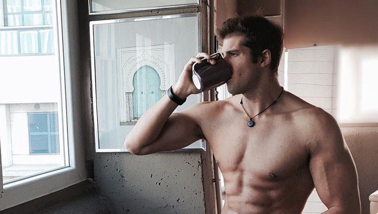 Julián Contreras Jr presumiendo de torso musculado sin camiseta