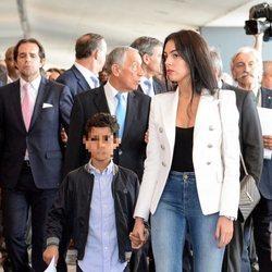 Georgina Rodríguez de la mano de Cristiano Ronaldo Jr en el aeropuerto de Madeira