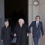 Teresa de Borbón-Dos Sicilias, la Infanta Pilar y Fernando Gómez-Acebo en la capilla ardiente de Alicia de Borbón-Parma