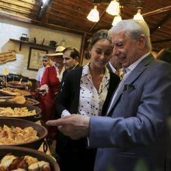 Mario Vargas Llosa e Isabel Preysler en un local de productos típicos peruanos en Arequipa
