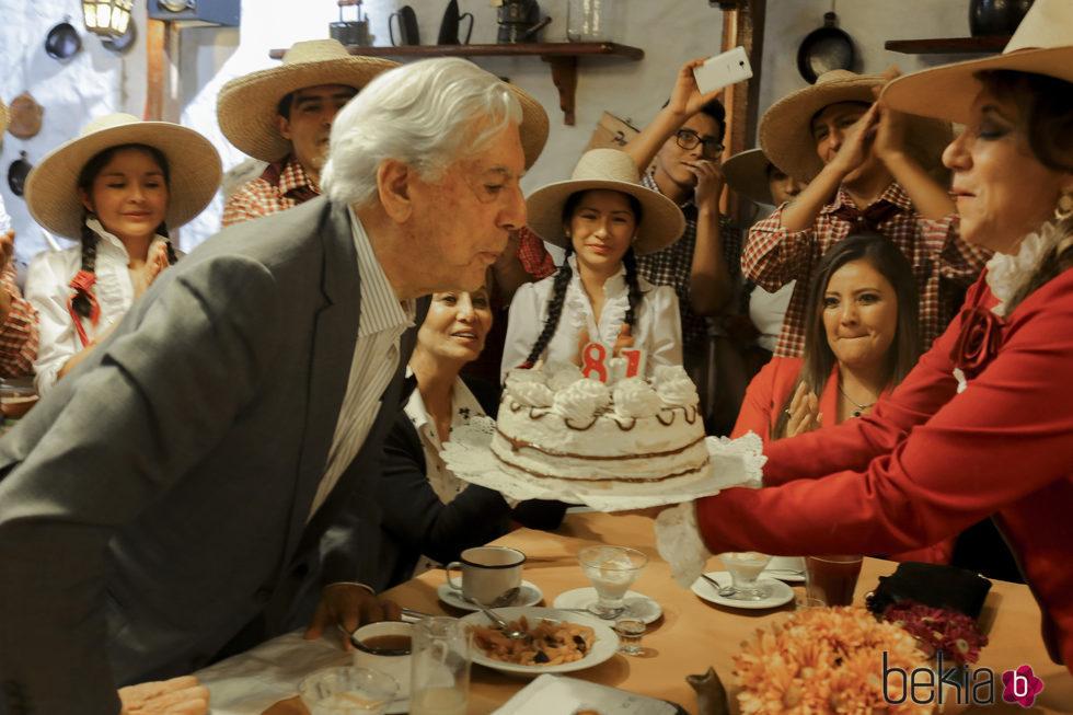 Mario Vargas Llosa soplando las velas de su 81 cumpleaños en Arequipa