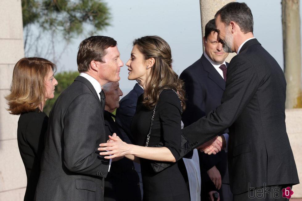 Los Reyes Felipe y Letizia saludan al Duque de Calabria en la capilla ardiente de Alicia de Borbón-Parma