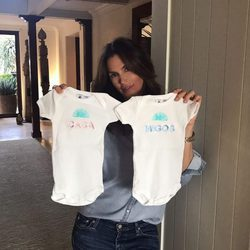 Cindy Crawford mostrando el regalo que dará a los hijos de George Clooney