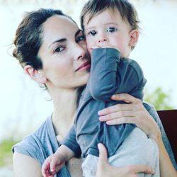 Eugenia Silva con su hijo Alfonso de Borbón y Silva en brazos