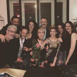 Kate del Castillo con su amigos de 'La Reina del Sur'