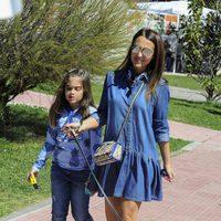 Paula Echevarría y su hija Daniella con su perrito de paseo