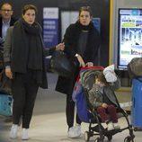 Carlota Casiraghi y su hijo Raphaël en el aeropuerto JFK de Nueva York