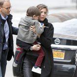 Carlota Casiraghi con su hijo Raphaël en brazos en el aeropuerto JFK de Nueva York