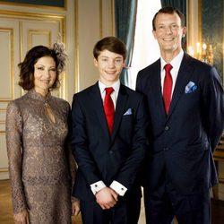 Félix de Dinamarca con sus padres en su Confirmación