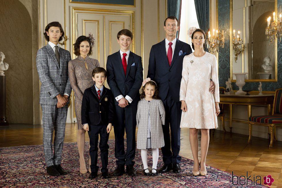 Félix de Dinamarca con sus padres, sus hermanos y Marie de Dinamarca en su Confirmación
