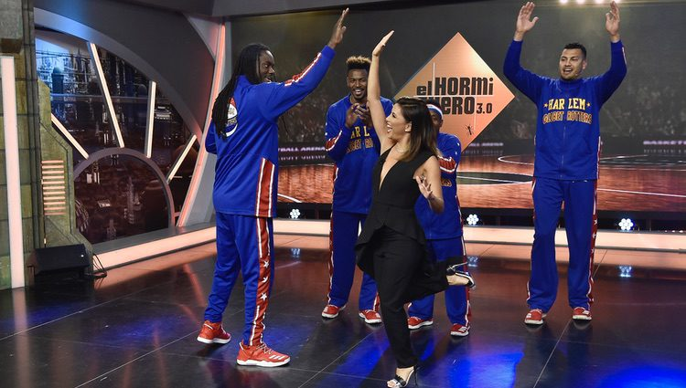 Eva Longoria divirtiéndose con los Harlem Globetrotters
