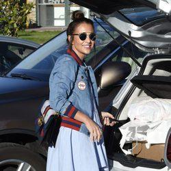 Paula Echevarría sonríe tras dejar a su hija Daniella en el colegio