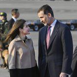 Los Reyes Felipe y Letizia, muy cómplices a su llegada a Tokio para su Viaje de Estado a Japón