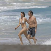 Cindy Crawford y Rande Gerber saliendo de la playa en las isla de San Bartolomé
