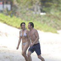 Cindy Crawford y Rande Gerber paseando por las playas de San Bartolomé