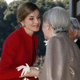 La Reina Letizia saluda a Michiko de Japón en su Viaje de Estado a Japón