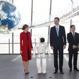 Los Reyes Felipe y Letizia con el robot Asimo en el Museo Miraikan de Tokio