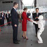 Los Reyes Felipe y Letizia saludan al robot Asimo en el Museo Miraikan de Tokio