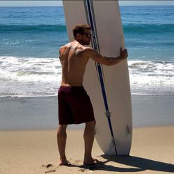 Ryan Phillippe sostiene una tabla de surf