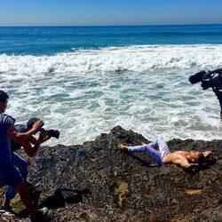 Ryan Phillippe tumbado sobre las rocas