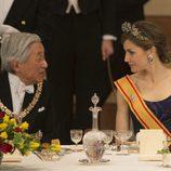 La Reina Letizia charla con Akihito de Japón en la cena de gala durante su Viaje de Estado a Japón