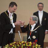 El Rey Felipe brinda con Akihito de Japón en la cena de gala en honor a los Reyes Felipe y Letizia