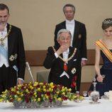 La Reina Letizia deja la copa tras brindar con el Rey Felipe y Akihito de Japón