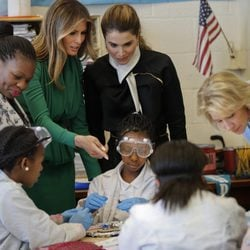 Melania Trump y Rania de Jordania visitan juntas una escuela en Washington