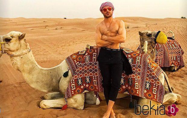 Zac Efron posa muy sexy sin camiseta con un camello en el desierto de Dubai