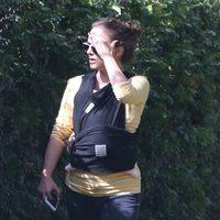 Natalie Portman se cubre del sol durante un paseo con su hija Amalia