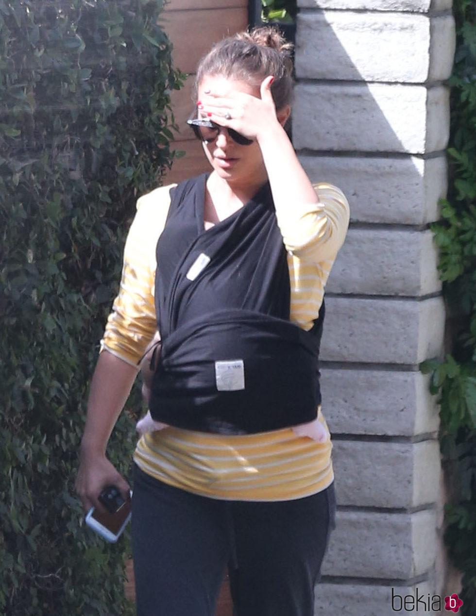 Natalie Portman carga contra su pecho a su hija de un mes mientras pasea