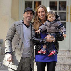 Gemma Mengual y su marido Enric con su hijo Nil