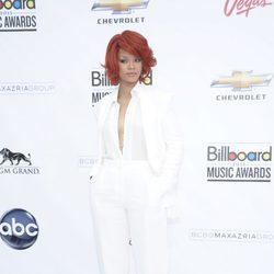 Rihanna con una escotada camisa blanca