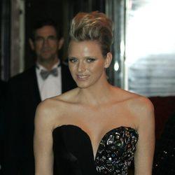 Charlene Wittstock con un vestido de escote negro