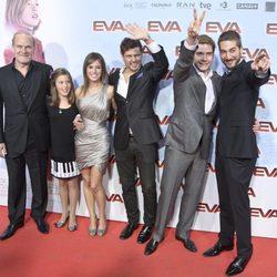 El director y los protagonistas de 'Eva' en la premiere en Madrid