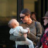 Miranda Kerr se divierte con su hijo Flynn