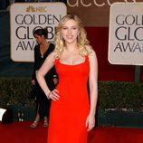 Scarlett Johansson con un escotado vestido rojo