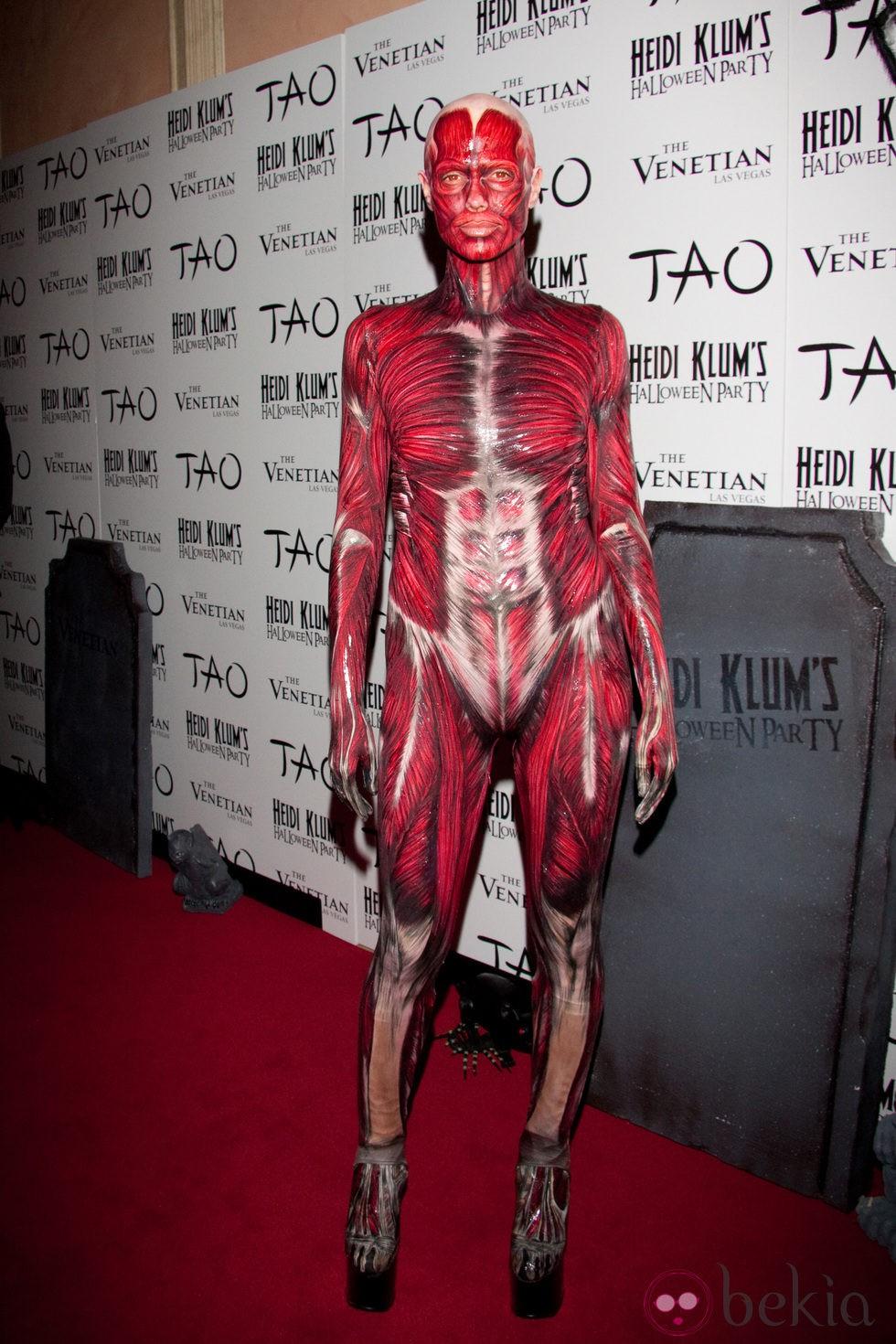 Heidi Klum se quita la piel en su disfraz de Halloween 2011