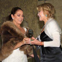 Carmen Cervera entrega un galardón a Isabel Pantoja en los Premios Escaparate 2011
