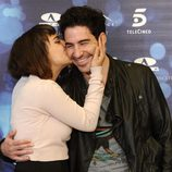 Alba García besa a Miguel Ángel Silvestre en la presentación de 'Verbo'